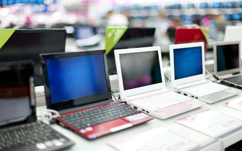Computadores expostos para venda em loja