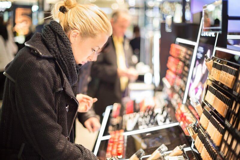 Mulher em loja de maquiagem