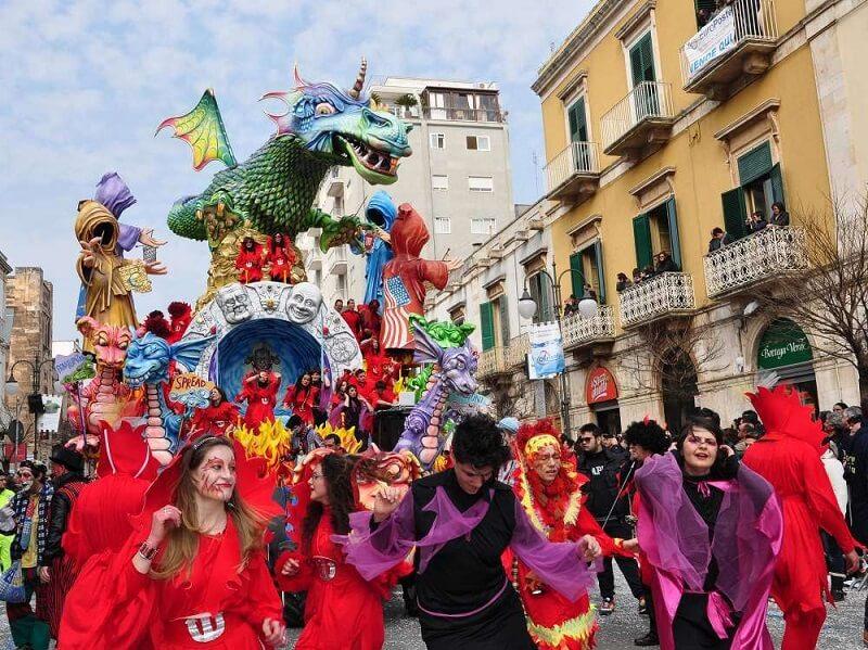 Pessoas comemorando carnaval na Itália