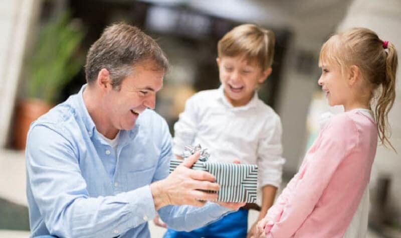 Pai recebendo presente dos filhos