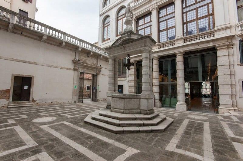 Poço veneziano no pátio do Palácio Ca' Pesaro