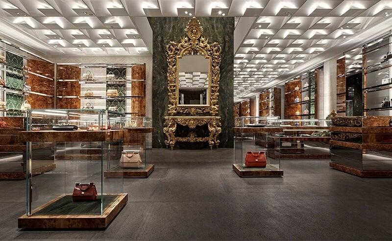 Interior da loja Dolce & Gabbana no quadrilátero da moda em Milão
