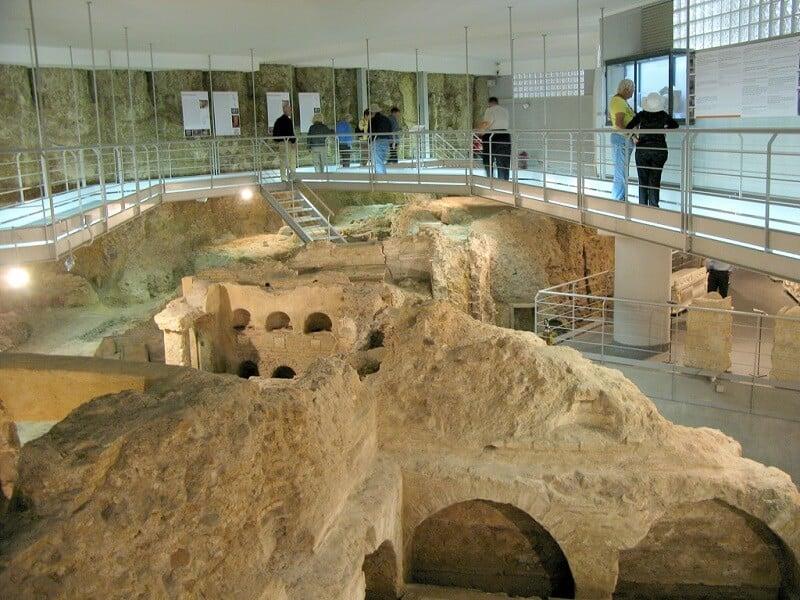 Pessoas visitando a Necrópole