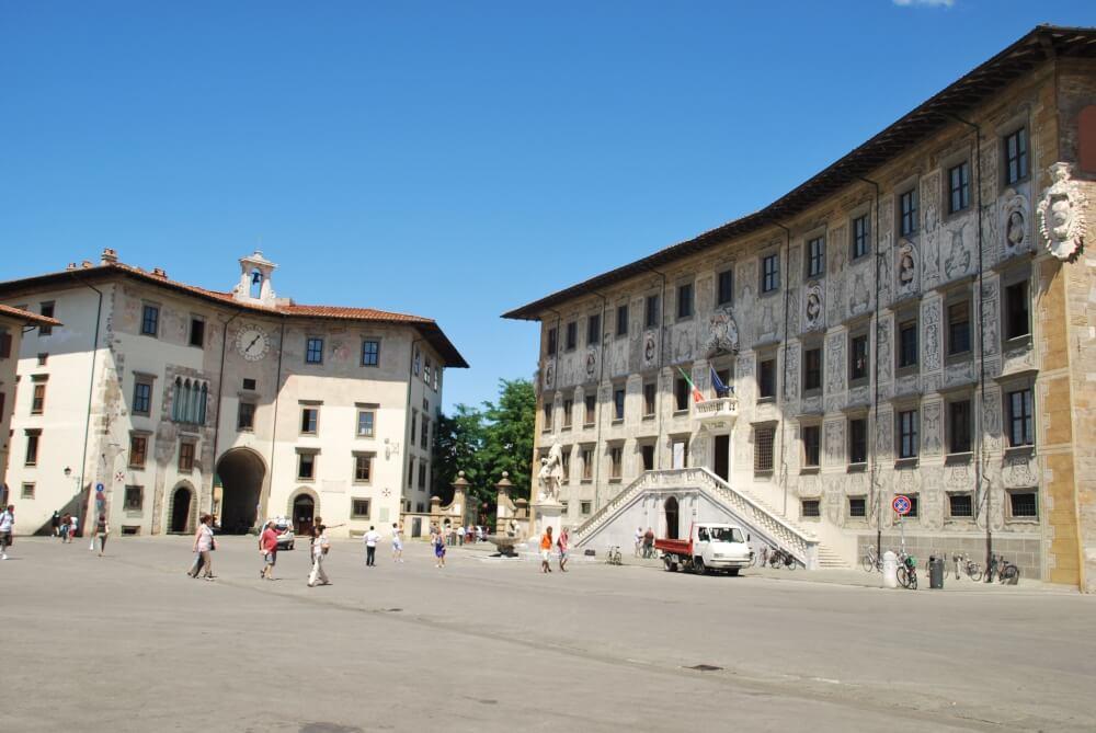 Pessoas passeando pela Piazza dei Cavalieri em Pisa