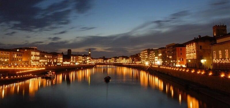 Rio Arno iluminado durante à noite