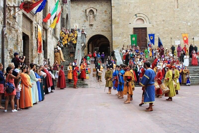 Pessoas celebrando o Capodanno Medievale em Florença